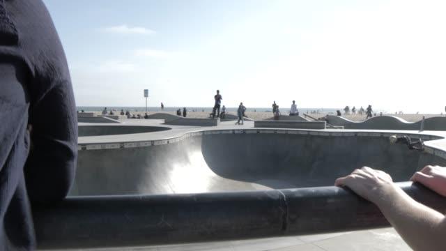 vídeos y material grabado en eventos de stock de skatepark on ocean walk at venice beach, santa monica, los angeles, california, united states of america, north america - santa monica los ángeles