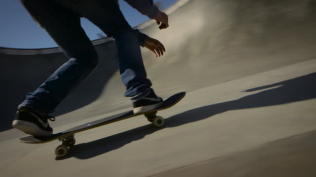 skater drops into bowl and skates around camera venice california skatepark - un ragazzo adolescente video stock e b–roll