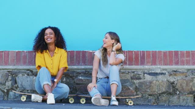 vidéos et rushes de les amis patineurs sont amis pour la vie - trottoir