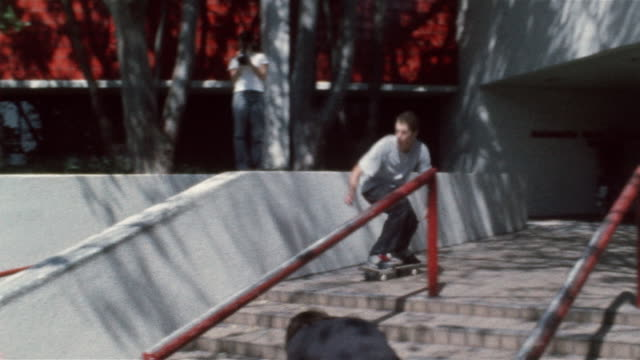 stockvideo's en b-roll-footage met skater ollieing onto railing and wiping out - mislukking