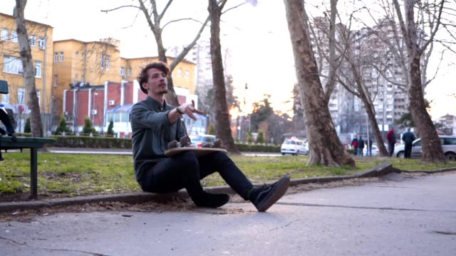 vídeos de stock, filmes e b-roll de skater que senta-se em um passeio e que joga um plano de papel - gaivota