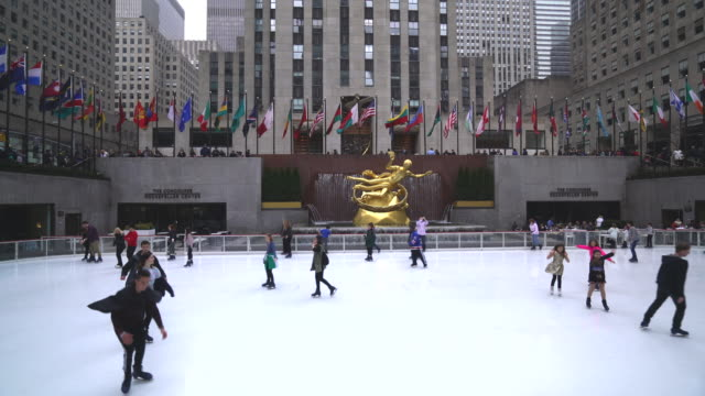 vídeos de stock e filmes b-roll de skaters at the rockefeller plaza ice rink, manhattan, new york city - pista de patinagem no gelo