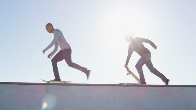 vídeos de stock, filmes e b-roll de skaters que vão patinar - esportes extremos
