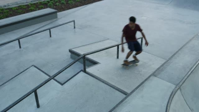 skater leben am rand - skateboard park stock-videos und b-roll-filmmaterial