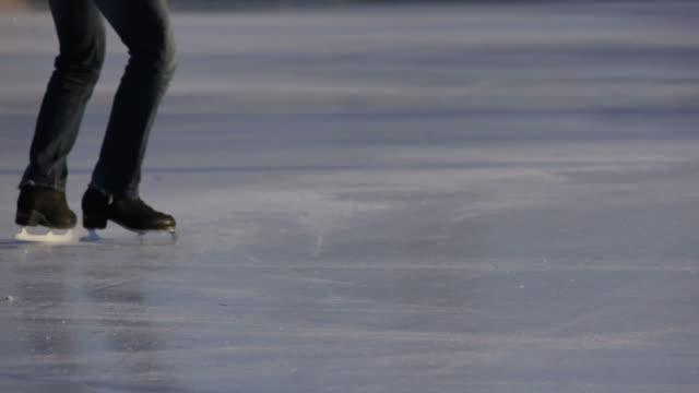 skater-skates - eislaufbahn stock-videos und b-roll-filmmaterial