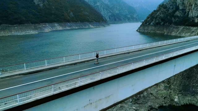 Eislaufen auf der Brücke. Luftbild