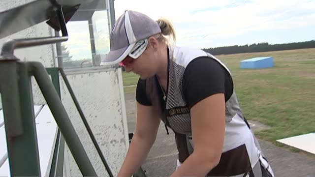 skeet shooter natalie rooney preparing rifle before training - tiro al piattello video stock e b–roll