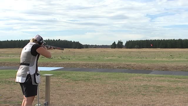 skeet shooter natalie rooney shooting targets during training - tiro al piattello video stock e b–roll