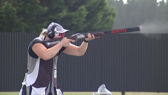 vídeos y material grabado en eventos de stock de skeet shooter natalie rooney shooting targets during training. - tiro skeet