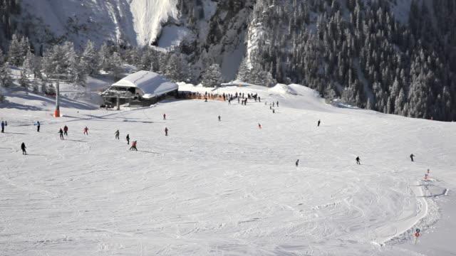 vídeos de stock, filmes e b-roll de área de esqui - roupa de esqui