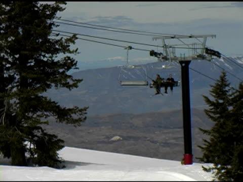 vídeos y material grabado en eventos de stock de ski chairlift pasando toma - vacaciones en la nieve