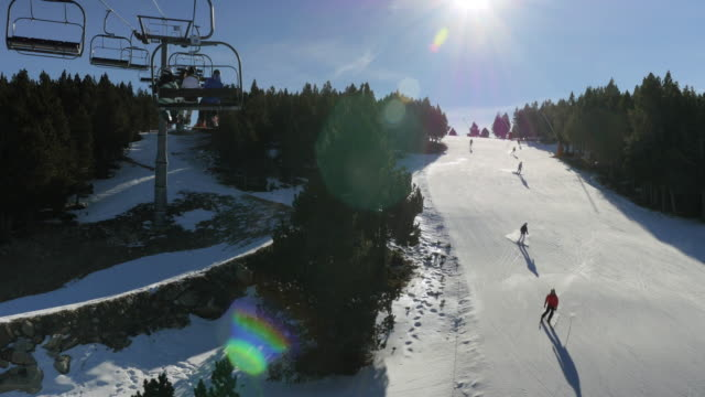 Ski Aufzug über einer Skipiste.