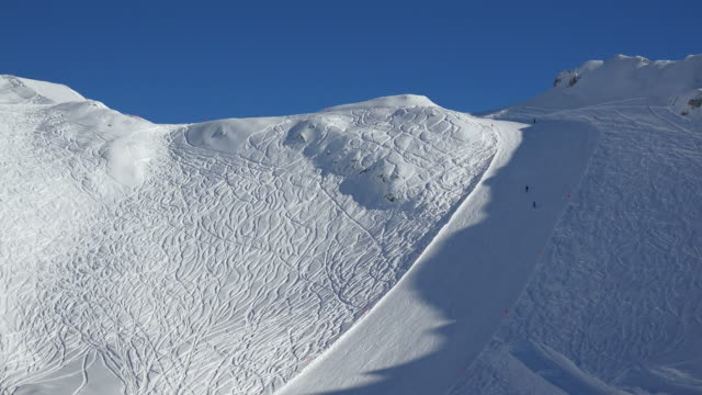 vídeos de stock, filmes e b-roll de ski lift and slope - alpes bávaros