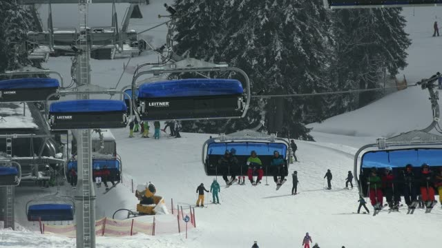 ski lift at skiing area at feldberg pass, south black forest, schwarzwald, baden-wurttemberg, germany, europe - seggiovia video stock e b–roll