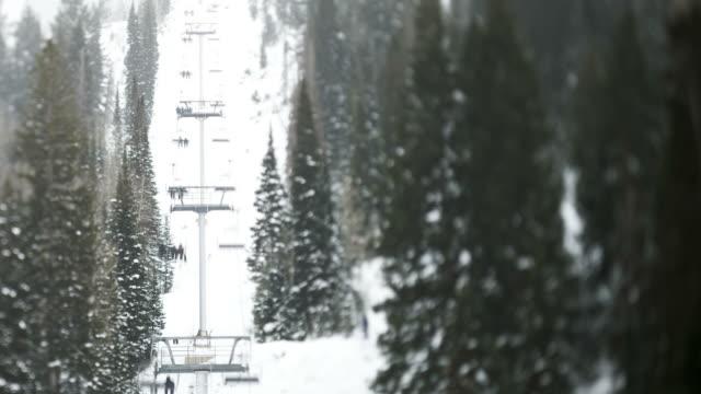 vídeos de stock, filmes e b-roll de ws t/l ha ski lift between forest/ little cottonwood canyon, utah, usa - cottonwood canyon