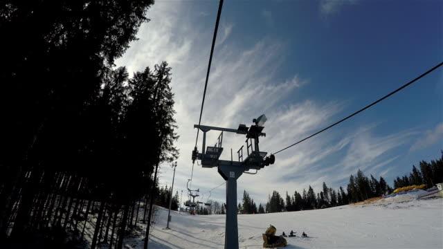 stockvideo's en b-roll-footage met skilift beweegt omhoog naar de top van de berg. - armstoel