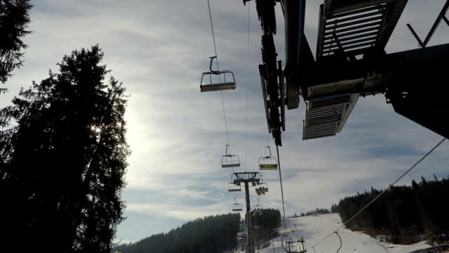 Skilift auf dem Hintergrund des Himmels.
