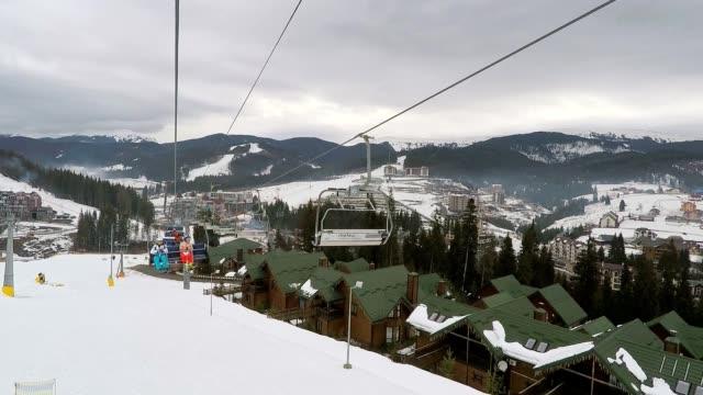 Skilift mit Skifahrer.