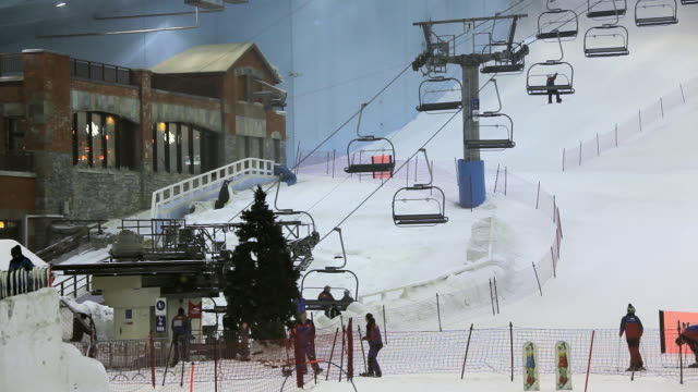 vidéos et rushes de ha ski lifts and skiers on the slopes inside ski dubai / dubai, united arab emirates - dubai