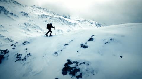 aerial skitouren über bergrücken - herausforderung stock-videos und b-roll-filmmaterial