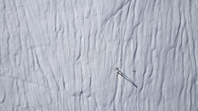 vídeos y material grabado en eventos de stock de pistas de esquí en la nieve. antecedentes y conceptos. formas de invierno. antenas abstractas. - plano descripción física