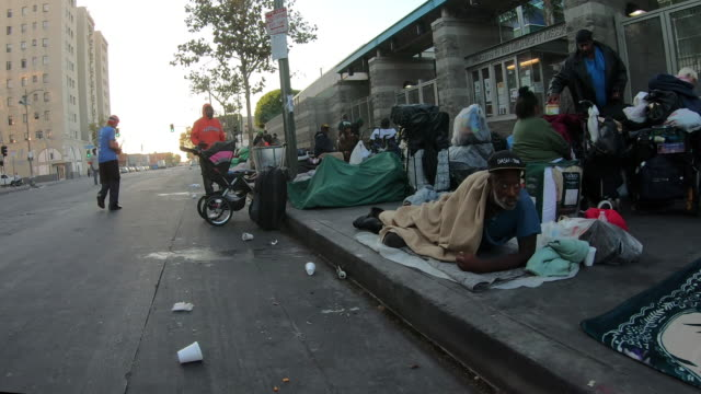 la skid row homeless - povertà video stock e b–roll