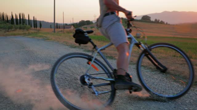 未舗装の道路に自転車を集材 - 横滑り点の映像素材/bロール