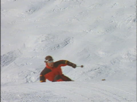 vídeos de stock e filmes b-roll de skier coming around bend - bastão de esqui