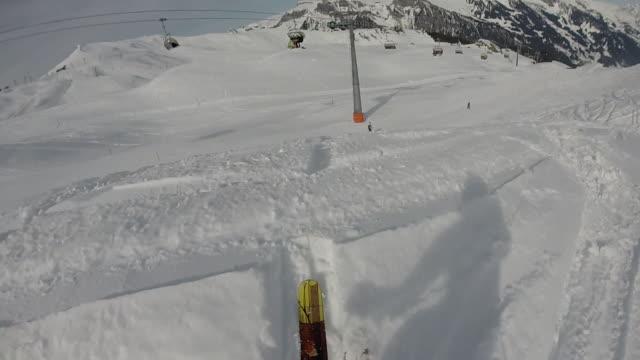 pov dello sciatore che scende pista da neve in polvere - bastoncino da sci video stock e b–roll