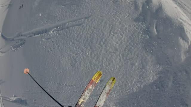 POV van skiër aflopende poeder sneeuw helling