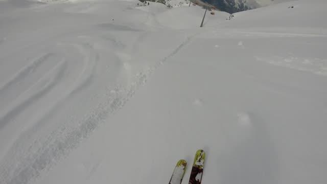 vídeos de stock e filmes b-roll de pov of skier descending powder snow slope - bastão de esqui