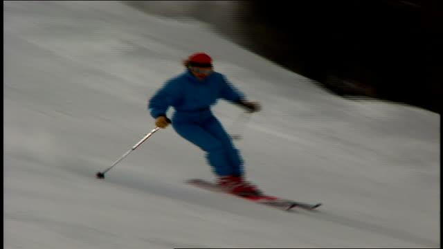 vídeos de stock e filmes b-roll de skier down hill and doing tricks in telluride colorado - roupa de esqui