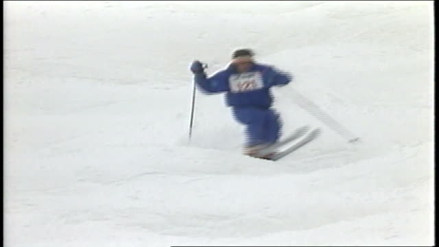 skier in blue snow suit riding in mogul championship in killington, vermont - 1980 1989 stock-videos und b-roll-filmmaterial