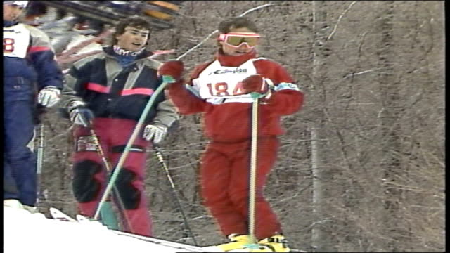 skier in red suit going down hill in killington vermont - スキーウェア点の映像素材/bロール