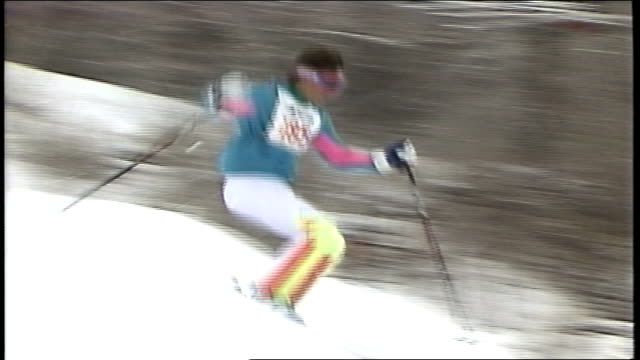 skier in teal and white suit going down hill in killington vermont - スキーウェア点の映像素材/bロール