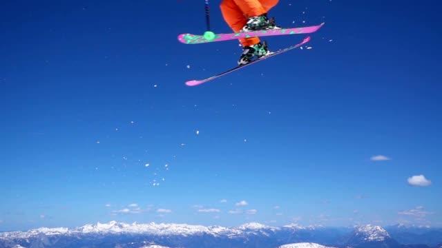 slo-mo skifahrer mit einer 360 springen - freistil skifahren stock-videos und b-roll-filmmaterial