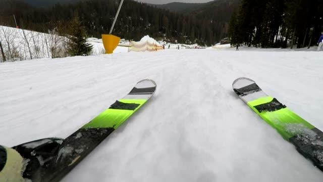 Ein Skifahrer bewegt sich nach unten ein Berghang.