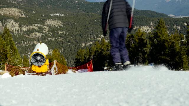 sciatore sulla pista da sci. - bastoncino da sci video stock e b–roll