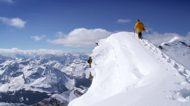 スキーヤーの尾根に - 崖点の映像素材/bロール