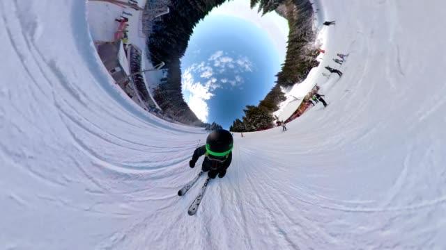 雪山の 360 度ビューで乗ってスキーヤー - アドレナリン点の映像素材/bロール