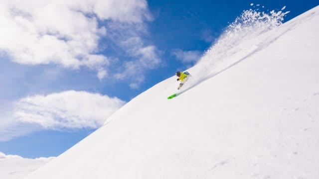 vídeos de stock, filmes e b-roll de esquiador passeio em pó de neve - neve seca e solta
