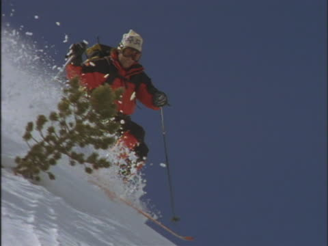 skier skiing downhill - skibrille stock-videos und b-roll-filmmaterial