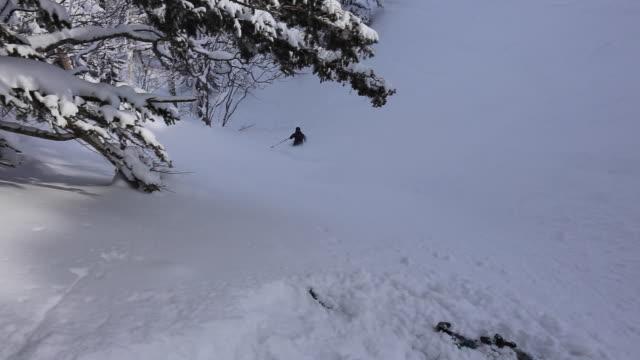 vidéos et rushes de skier skiing in fresh powder on a mountain. - seulement des jeunes hommes