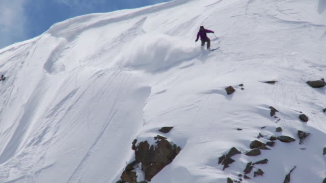 ws td zo slo mo skier skiing in powdery snow / alta, snowbird, utah, usa - alta stock-videos und b-roll-filmmaterial