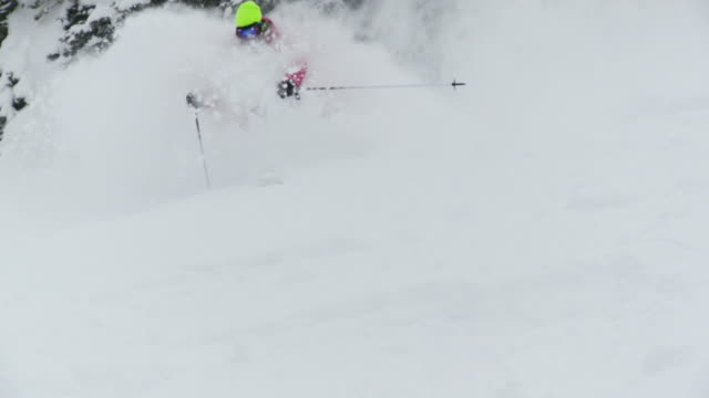 ws pan td slo mo skier skiing in powdery snow / alta, snowbird, utah, usa - ユタ州 アルタ点の映像素材/bロール