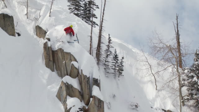 stockvideo's en b-roll-footage met ws td slo mo skier skiing in terrain feature / alta, snowbird, utah, usa  - alta utah