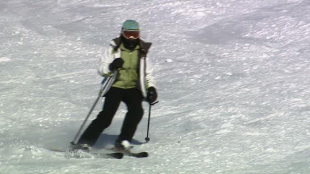 a skier slaloming downhill - skijacke stock-videos und b-roll-filmmaterial