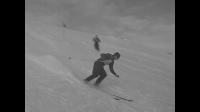 vídeos de stock e filmes b-roll de skier starts giant slalom / ted hill from university of washington waits to start giant slalom / hill starts giant slalom / three shots of hill on... - universidade de washington
