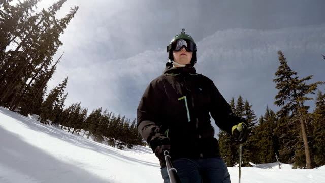 stockvideo's en b-roll-footage met slo mo van skiër nemen een selfie video - fatcamera