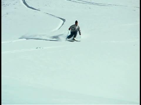 skier - 若い男性だけ点の映像素材/bロール